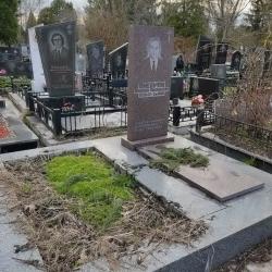 Уборка могилы перед Пасхой. Берковецкое кладбище. До